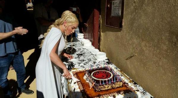 emilia-clarke-cake-cutting